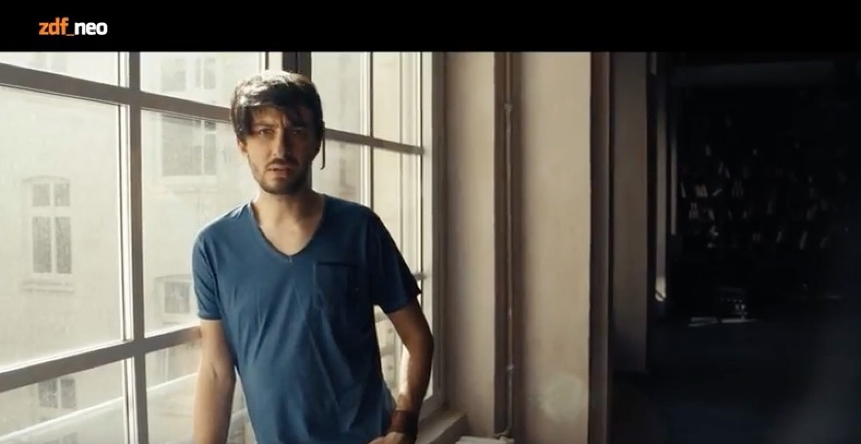 Jan Böhmermann lässt Song von Affen schreiben und landet auf Platz 1
