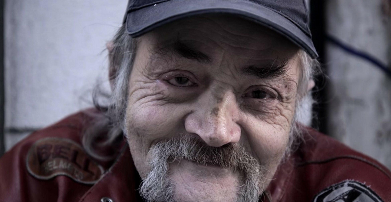 Geld ist nicht alles: Soziale App wirbt mit Obdachlosen für eine wichtige Botschaft