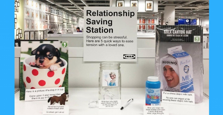 Come down: Künstler platziert Anti-Stress-Station für genervte Paare in IKEA