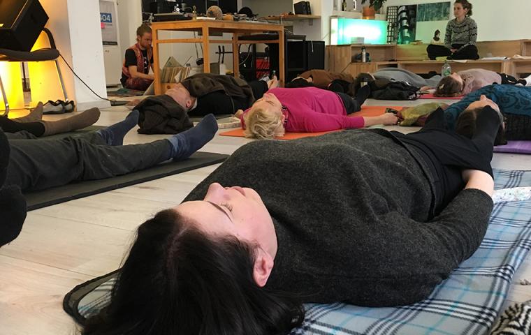 DIY: Dieses Yoga-Seminar legt sich mit dem Kapitalismus an