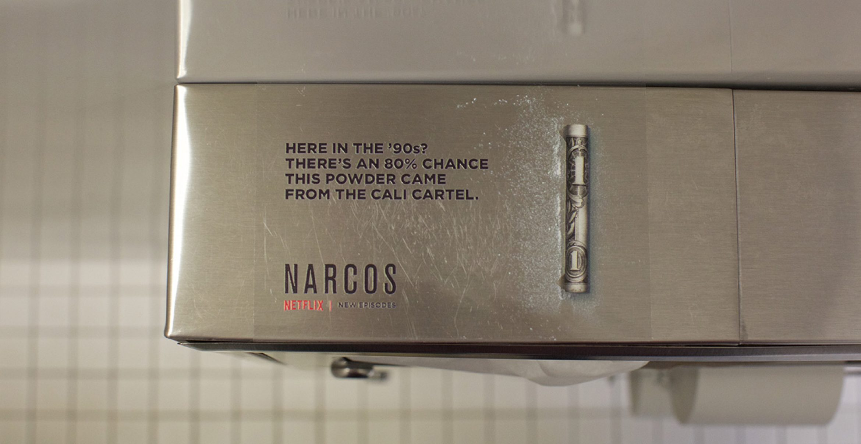 """Wie Netflix für die Serie """"Narcos"""" stilecht mit Kokain auf Clubtoiletten wirbt"""