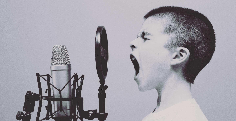 Mitarbeiter feiert seinen neuen Job mit kitschigem Deloitte-Song