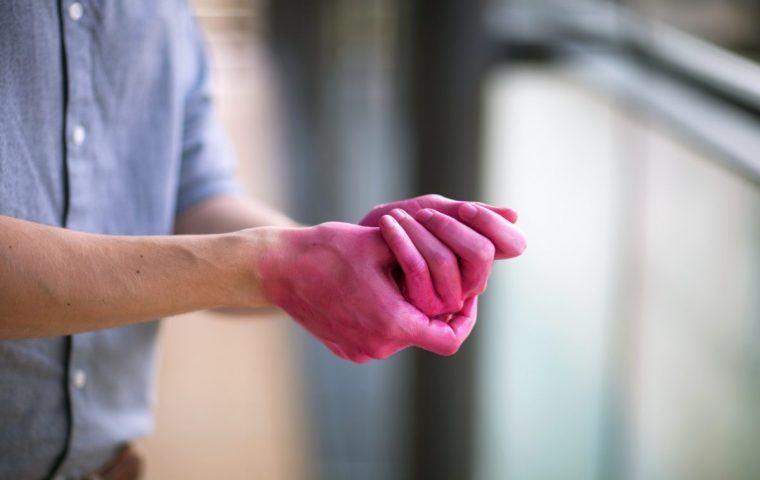 Heyfair kämpft mit pinken Händen gegen unzureichende Desinfektion