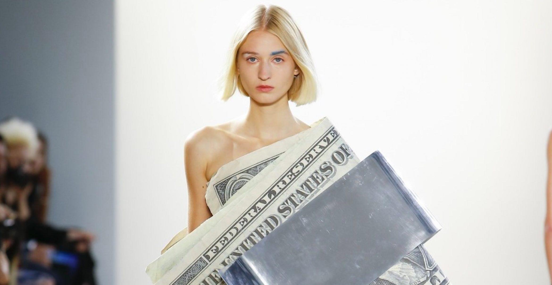 Dieser Designer liest erst Marx und zieht Models dann Dollarnoten an