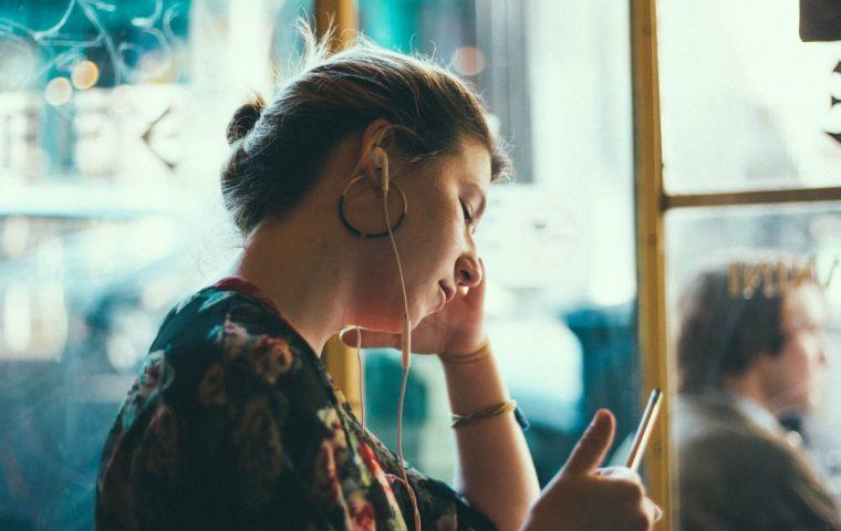 Fünf Podcasts, die uns durch den Feierabend begleiten