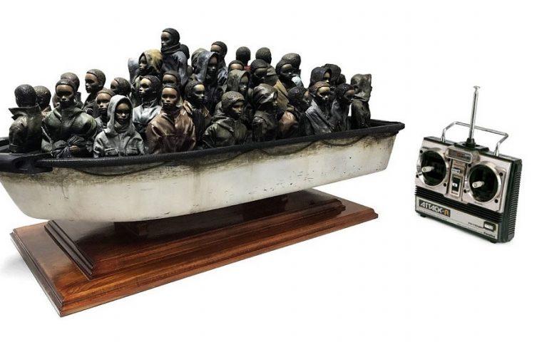 Banksy verlost eine Flüchtlingsboot-Skulptur – für schlappe 2 Pfund