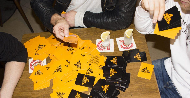 Dieses Kartenspiel macht Mobbing zum Kneipensport