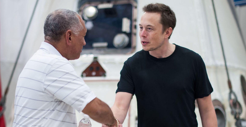 """Offenbar wurde Teslas Mitarbeiter*innenbuch geleakt, inklusive """"Stupid Stuff"""""""