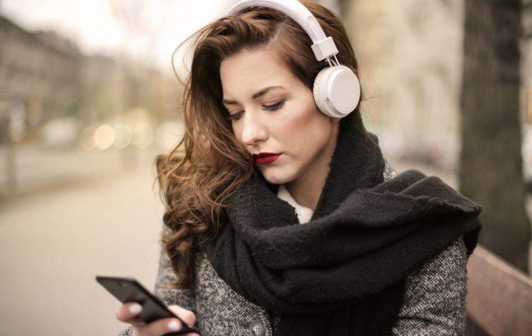 Frauen ans Mic: Elf großartige Podcasts, die euch mit Input versorgen