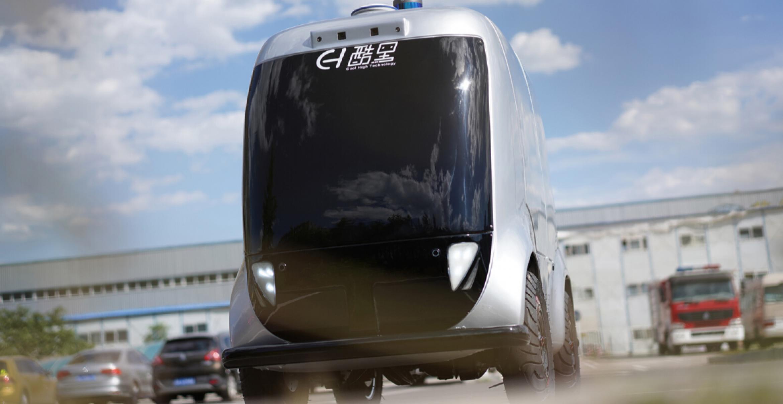 Auf einem Pekinger Campus rollen 5G-Roboter-Autos, die Fieber von Passant*innen messen