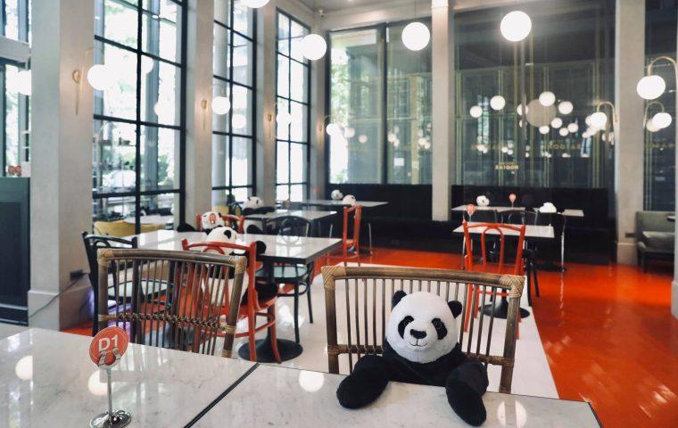 In diesem Restaurant in Bangkok sitzen Gäste neben Plüschpandas