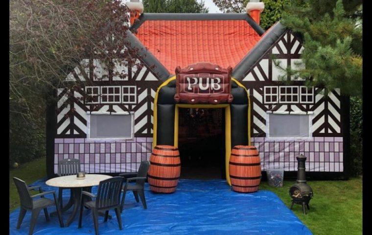 In Großbritannien kann man einen aufblasbaren Pub für den eigenen Garten mieten