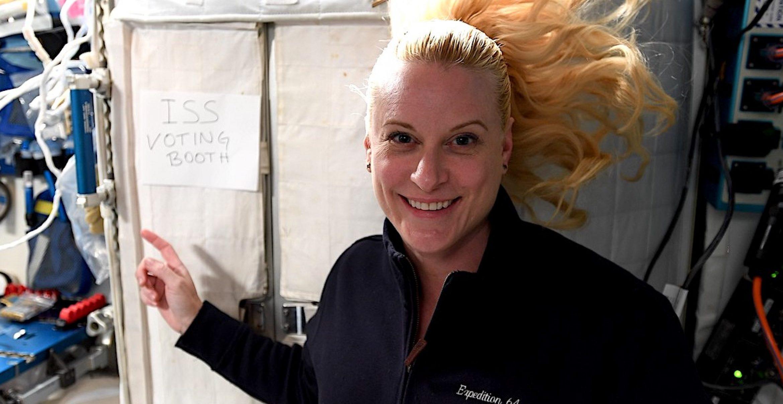 Im Weltraum wählen gehen: US-Astronautin zeigt ihre improvisierte Wahlkabine auf der ISS