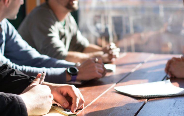 Manager*innen-Studie zeigt: Schlecht geplante Meetings verursachen jährlich Kosten in Millionenhöhe