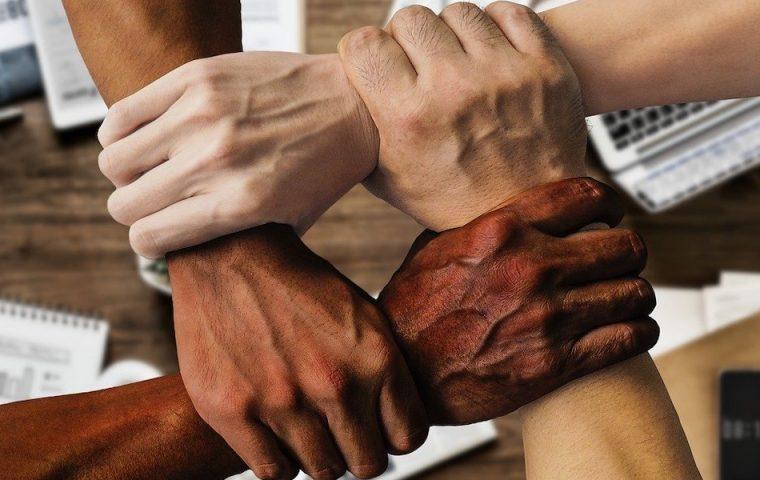 Affenlaute gegenüber Schwarzem Kollegen? Verfassungsgericht bestätigt fristlose Kündigung
