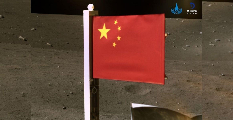 Chinesische Raumsonde klappt Flagge auf dem Mond aus