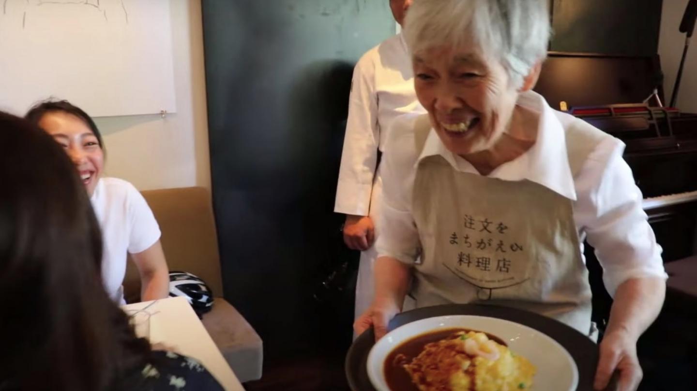 Menü mit Überraschung: Restaurant beschäftigt Kellner*innen mit Demenz