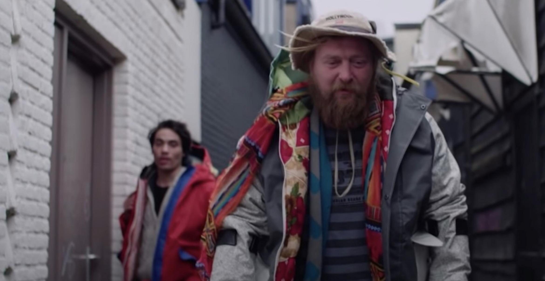 Designer entwickelt Shelter-Suit für Obdachlose