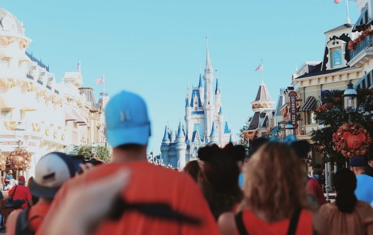 Disney World photoshoppt Masken auf Gäste
