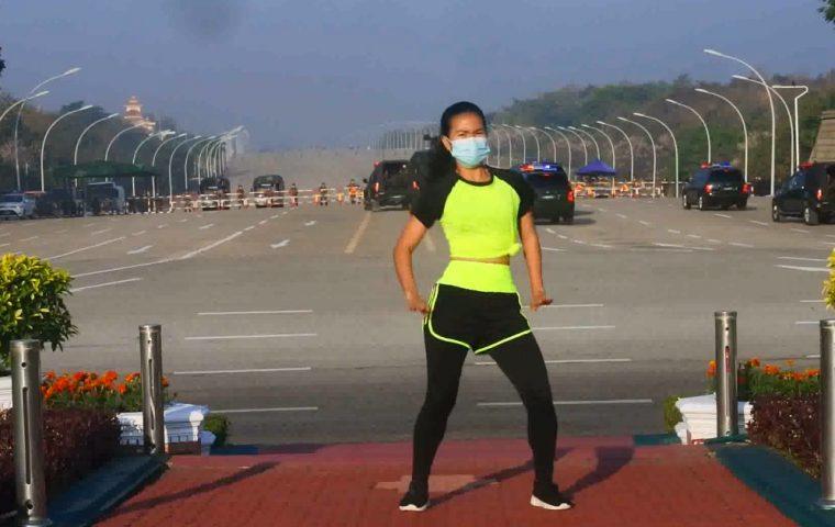 Fitness-Trainerin nimmt Tanzvideo auf und bemerkt Militärputsch im Hintergrund nicht