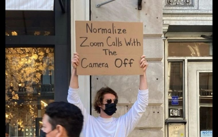 Dieser Typ protestiert gegen die nervigen Dinge des Alltags