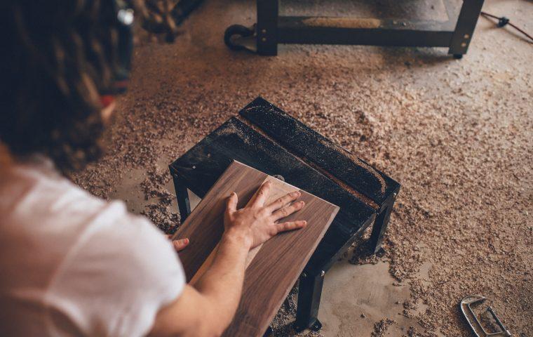 Forscher*innen entwickelten eine Möglichkeit, Holz durchsichtig zu machen