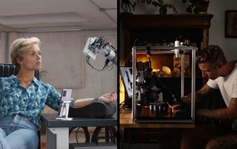 Diese Schauspielerin lässt sich von einem Roboterarm ein Tattoo stechen