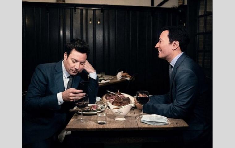 In diesem New Yorker Restaurant essen Gäste neben Wachsfiguren von Stars
