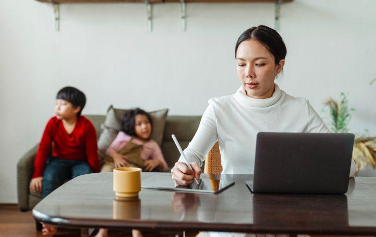 Wie Firmen Eltern im Homeoffice unterstützen können