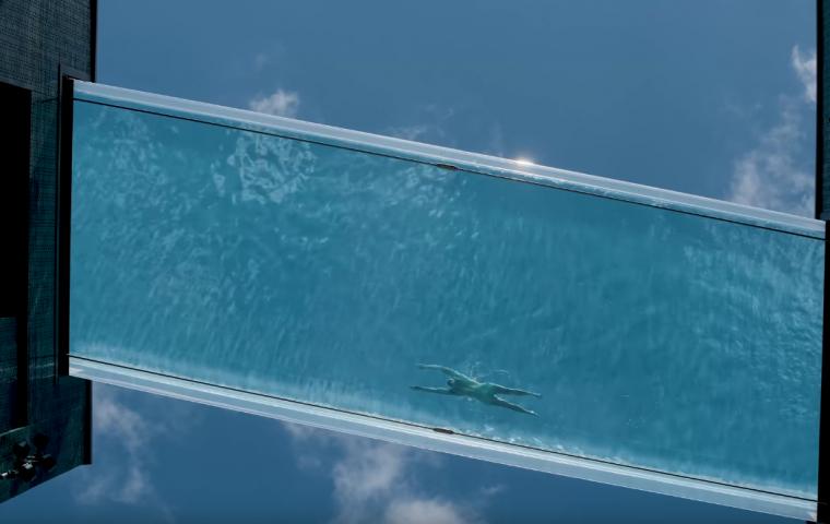 In London gibt es einen transparenten Pool, der in der Luft hängt