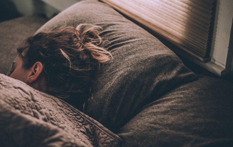 Neue Studie verrät, wie viel Schlaf wir brauchen und was Schlafmangel mit uns macht
