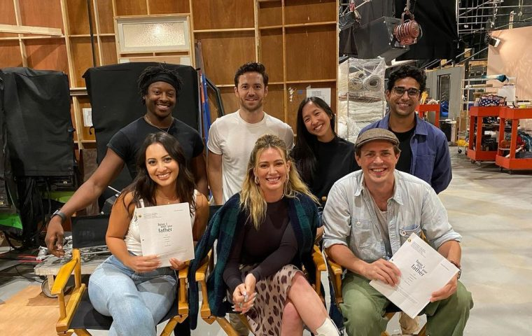 """""""How I Met Your Father"""": Hilary Duff postet Fotos vom Kultserien-Spinoff"""