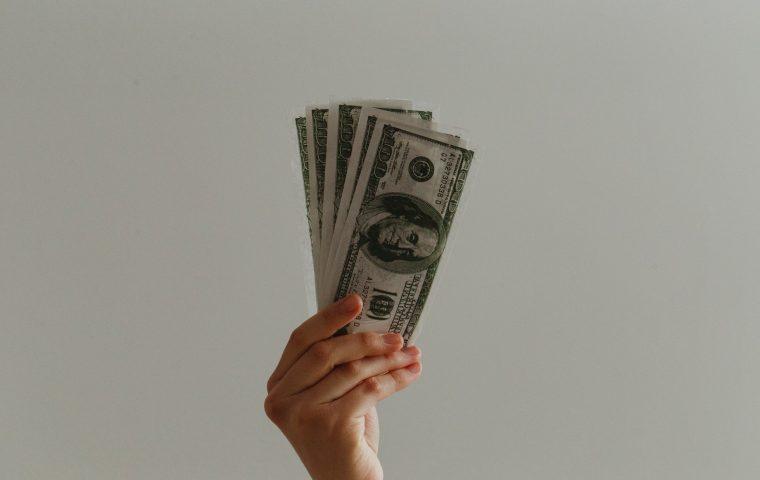 Über Geld spricht man: Bei diesen Finanz-Podcasts könnt ihr etwas lernen